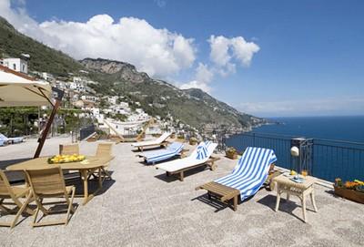 Hotel Margherita, il solarium a picco sul mare