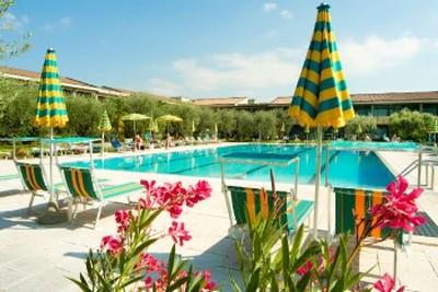 Park Hotel Oasi a Garda, la piscina esterna
