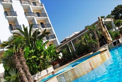 Mare Hotel a Savona, struttura vista dalla piscina