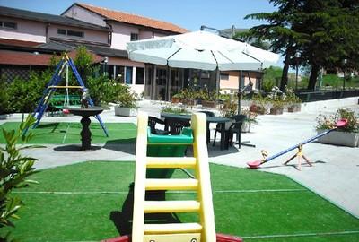 Cascina Garden Hotel a Campobasso, il giardino con angolo giochi
