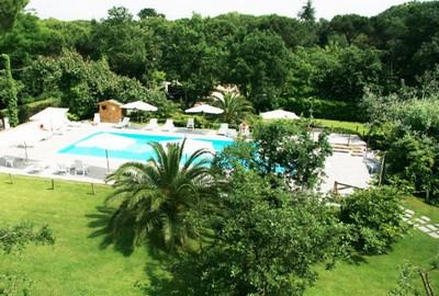 Hotel La Bussola, visuale della piscina con giardino