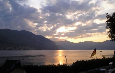 Lago d'Iseo all'alba, foto Paolo Ghilardi via Wikipedia