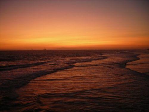Colori spettacolari per questo tramonto ad Hungthinton in California