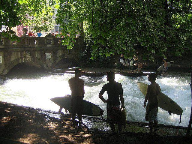 Nel pieno centro di Monaco di Baviera, nell'englischer garten, i ragazzi si divertono a surfare le onde del fiume...l'idea è bellissima perchè è l'ultimo posto dove ti potresti aspettare dei surfisti!