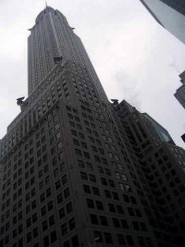 Grigio grattacielo su grigio cielo