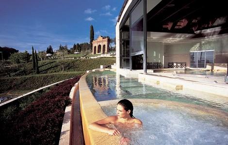 Una delle piscine delle terme del Fonteverde Natural Spa Resort