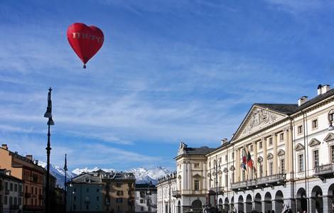 Aosta, mongolfiera su Piazza Chanoux