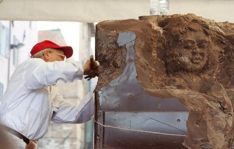 Uno scultore di cioccolato all'opera ©Foto Eurochocolate