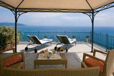 Panorama del mare della Costiera Amalfitana dall'Hotel Raito