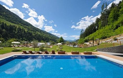 Una delle piscine dell'Hotel Quellenhof in Val Passiria