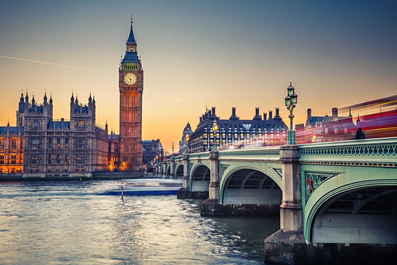 Lungo il Tamigi il Big Ben a Londra