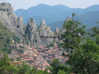 Castelmezzano, suggestivo paese incastonato nelle rocce delle Dolomiti lucane ©Foto Anna Bruno