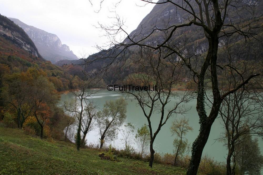 Splendido paesaggio disegnato dal lago di Tenno, in Trentino ©Foto Anna Bruno