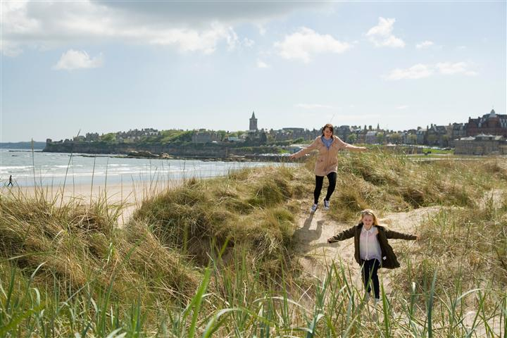 St Andrews West Sands mother and child running in dunes - Foto© Richard Newton, Fife Coast and Countryside Trust