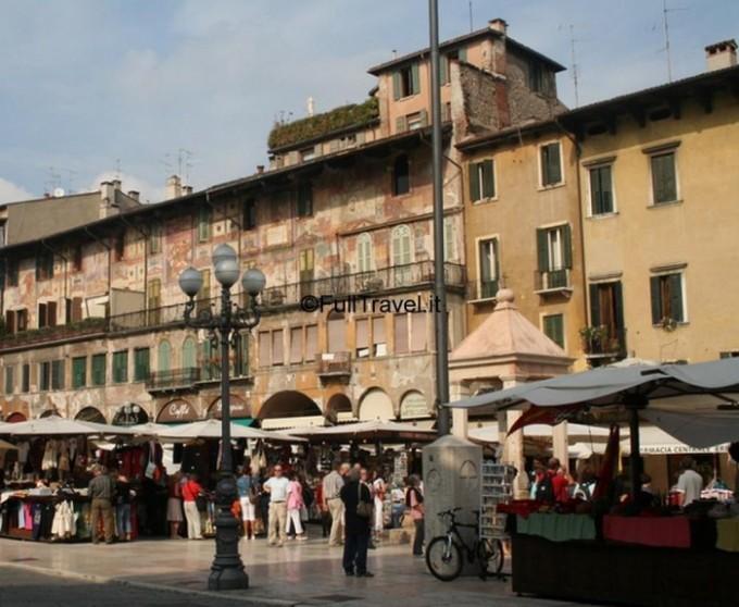 Un mercatino vivacizza Piazza delle Erbe a Verona ©Foto Anna Bruno