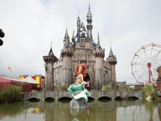 Sirenetta a Dismaland - ph ilmessaggero.it