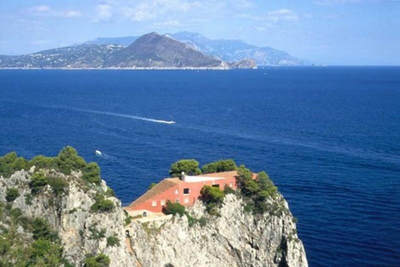 Casa Malaparte su Capo Massullo a Capri. Sullo sfondo Punta Campanella e la Costiera Amalfitana