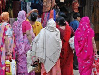 Donne in abiti sgargianti in occasione della Fiera di Pushkar