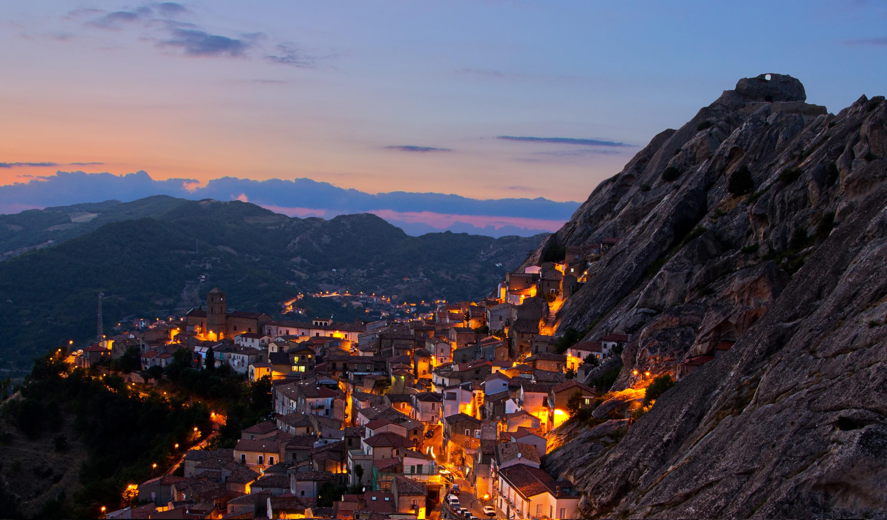 Vista notturna di Pietrapertosa nelle Dolomiti Lucane