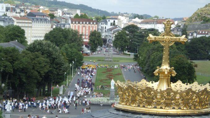 Lourdes, processione pomeridiana degli ammalati intorno al Santuario