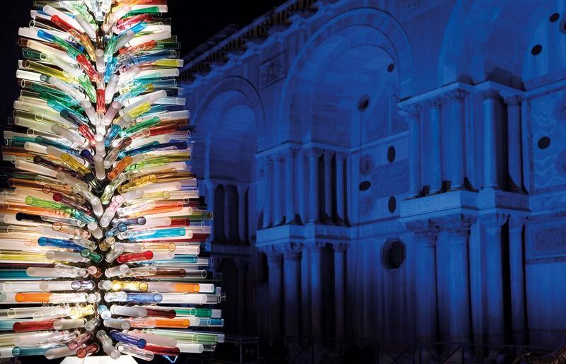 A Ferrara l'albero di Natale in vetro soffiato di Murano, il più grande del mondo