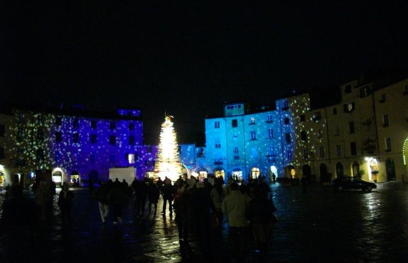 L'albero di Natale in vetro, posizionato nel centro di Ferrara