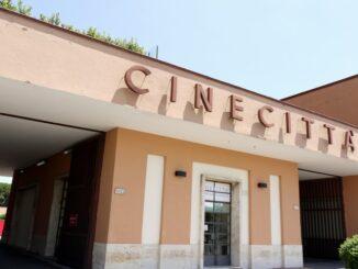 Cinecittà, ingresso - ph JRibaX - licenza Creative Commons Attribuzione-Condividi allo stesso modo 3.0 Unported