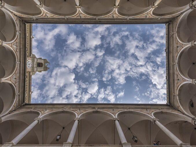 Veduta dal basso del cortile di Palazzo Doria Tursi, Genova – Foto Alberto Bongiorno