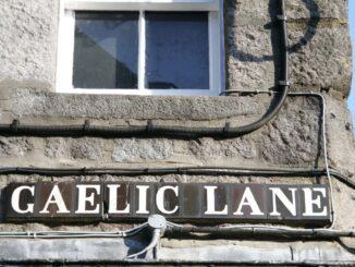 La toponomastica di Aberdeen, Scozia, su un edificio di granito