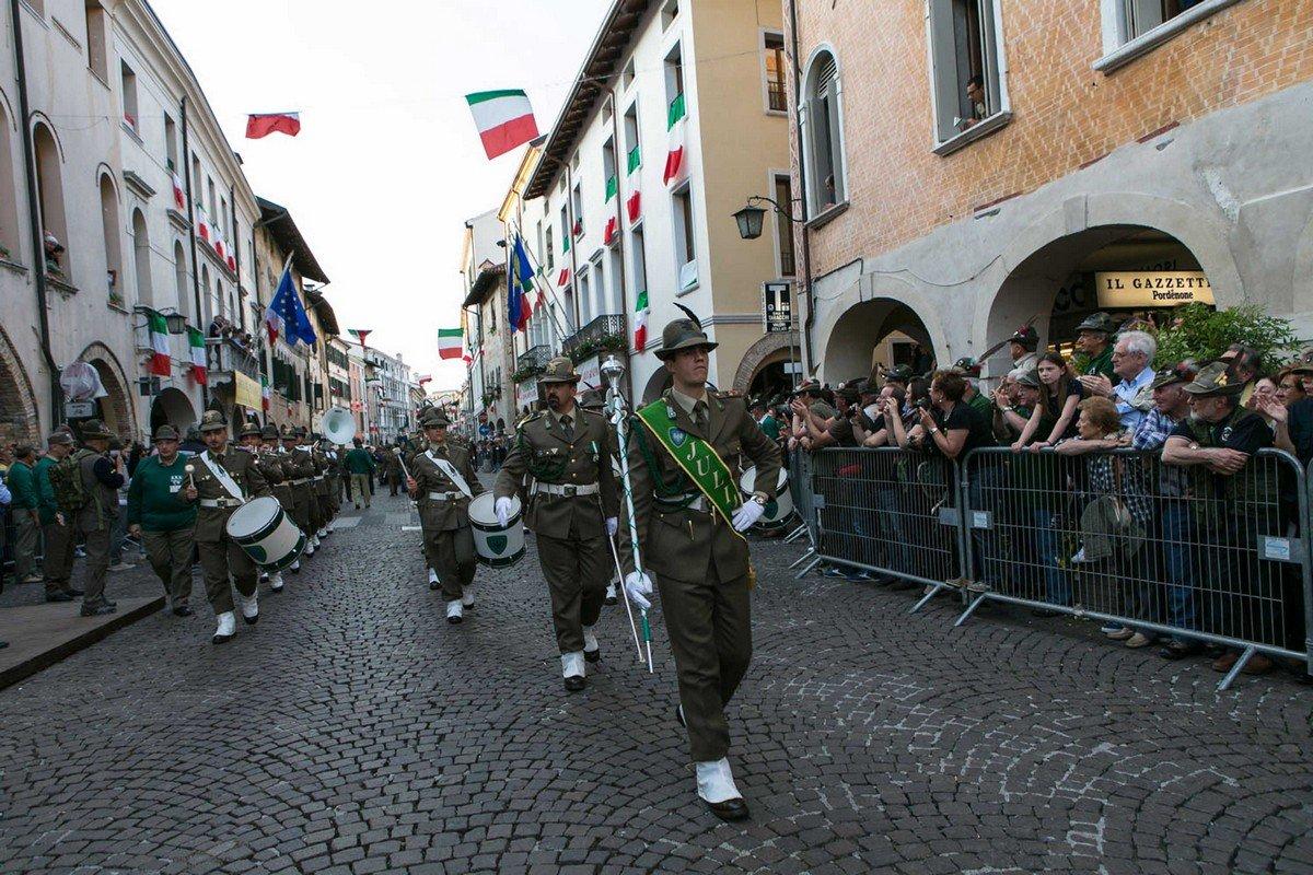 La Fanfara della Brigata Julia in corso Vittorio Emanuele II, in sfilata verso il Municipio di Pordenone