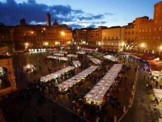 Piazza del Campo a Siena con i mercatini