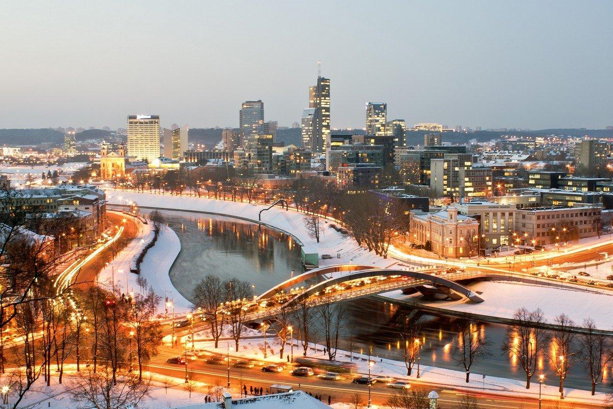 Vilnius con la neve, splendida veduta della capitale della Lituania