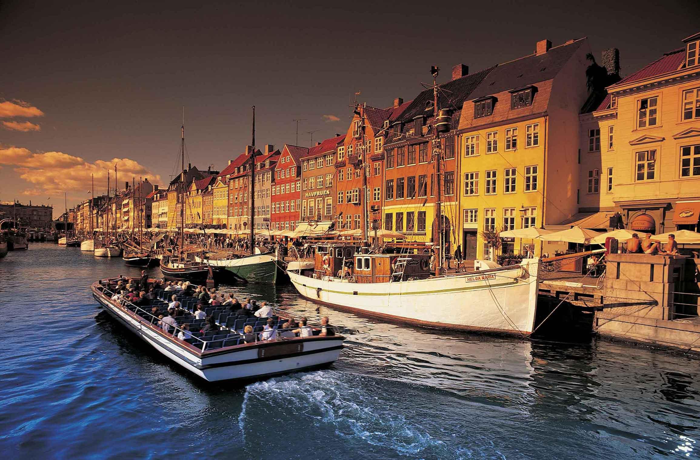 Cosa vedere a Copenaghen, capitale danese: le casette colorate lungo il canale Nyhavn a Copenaghen