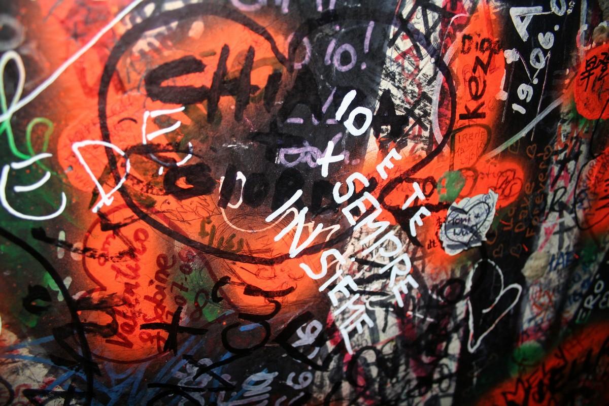 Muro con le frasi d'amore a casa di Giulietta, Verona -©Foto Anna Bruno