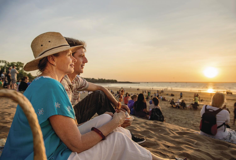 Sulla spiaggia a Darwin aspettando il tramonto