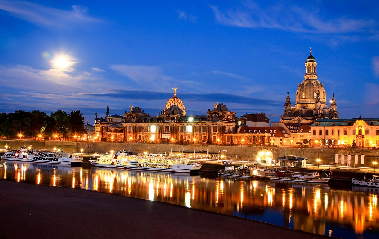 Dresda cosa vedere: Dresda, capitale della Sassonia in Germania, panorama notturno ©Foto Werner, Karol
