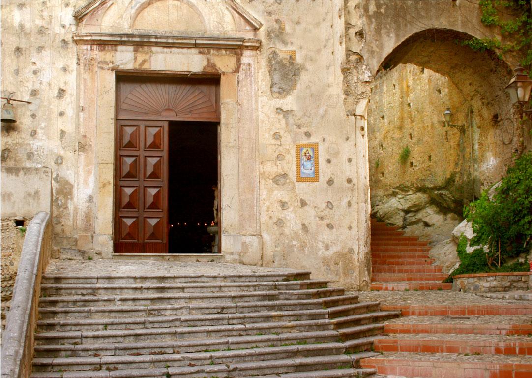 Una chiesa nel centro storico di Maierà, Calabria