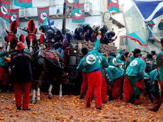Cosa fare a Ivrea: Il lancio delle arance durante la sfilata del Carnevale D'Ivrea