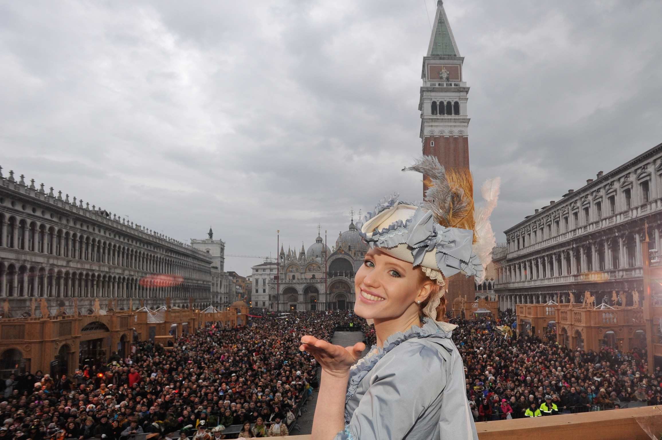 Claudia Marchiori dal campanile di Piazza San Marco per il Carnevale di Venezia