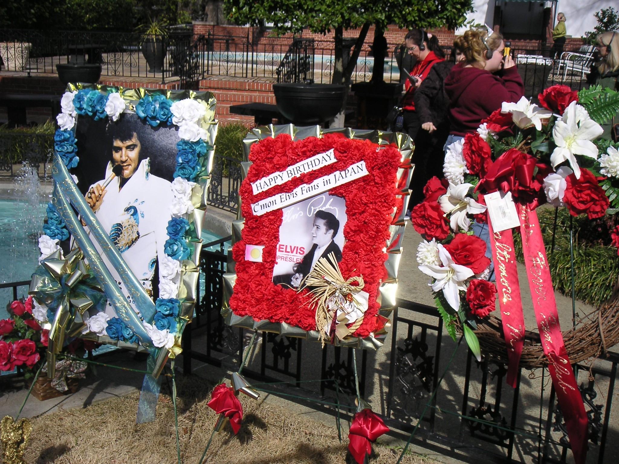Cimeli del re del Rock 'n Roll davanti a Graceland, la Casa di Elvis Presley a Memphis, nel Tennessee (Stati Uniti)