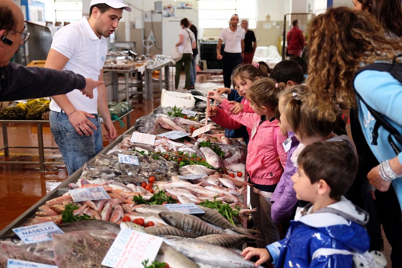 Il mercato ittico di Genova visitato dai bambini