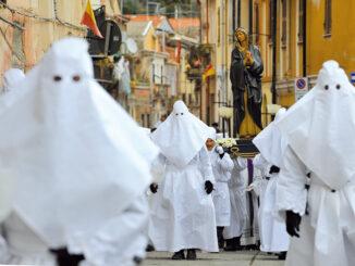 Confraternita in processione durante i riti della Settimana Santa ad Iglesias, Sulcis (Sardegna)