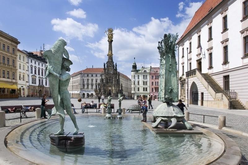 La Colonna della Santissima Trinità, il ceco Sloup Nejsvětější Trojice, è un imponente monumento barocco che domina la centrale Piazza Superiore della città di Olomouc, in Repubblica Ceca