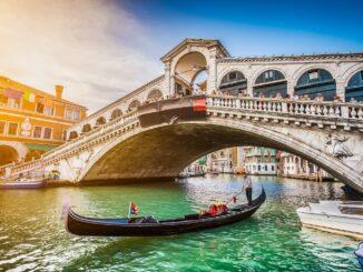 Gondola nella laguna di Venezia