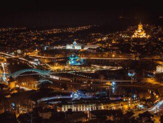 Panorama notturno di Tblisi, capitale della Georgia