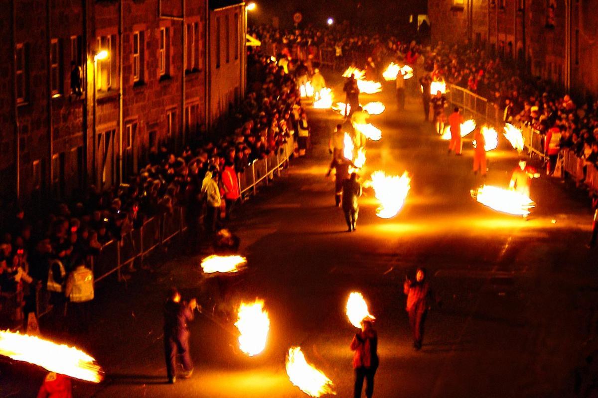 Palle di fuoco a Stonehaven, in Scozia