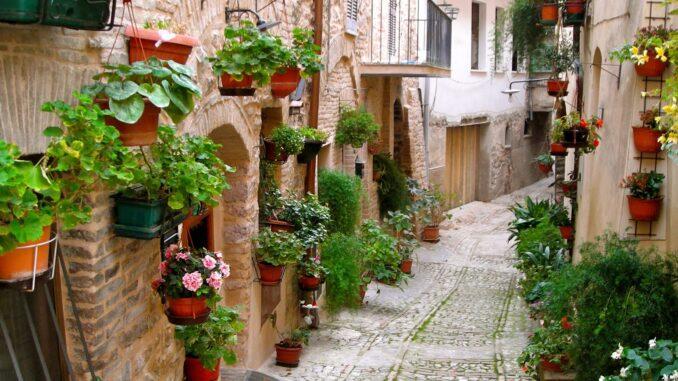 Le caratteristiche vie del centro storico di Spello