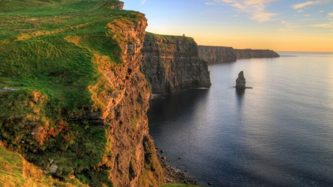 Cliffs of Moher at sunset - Irlanda