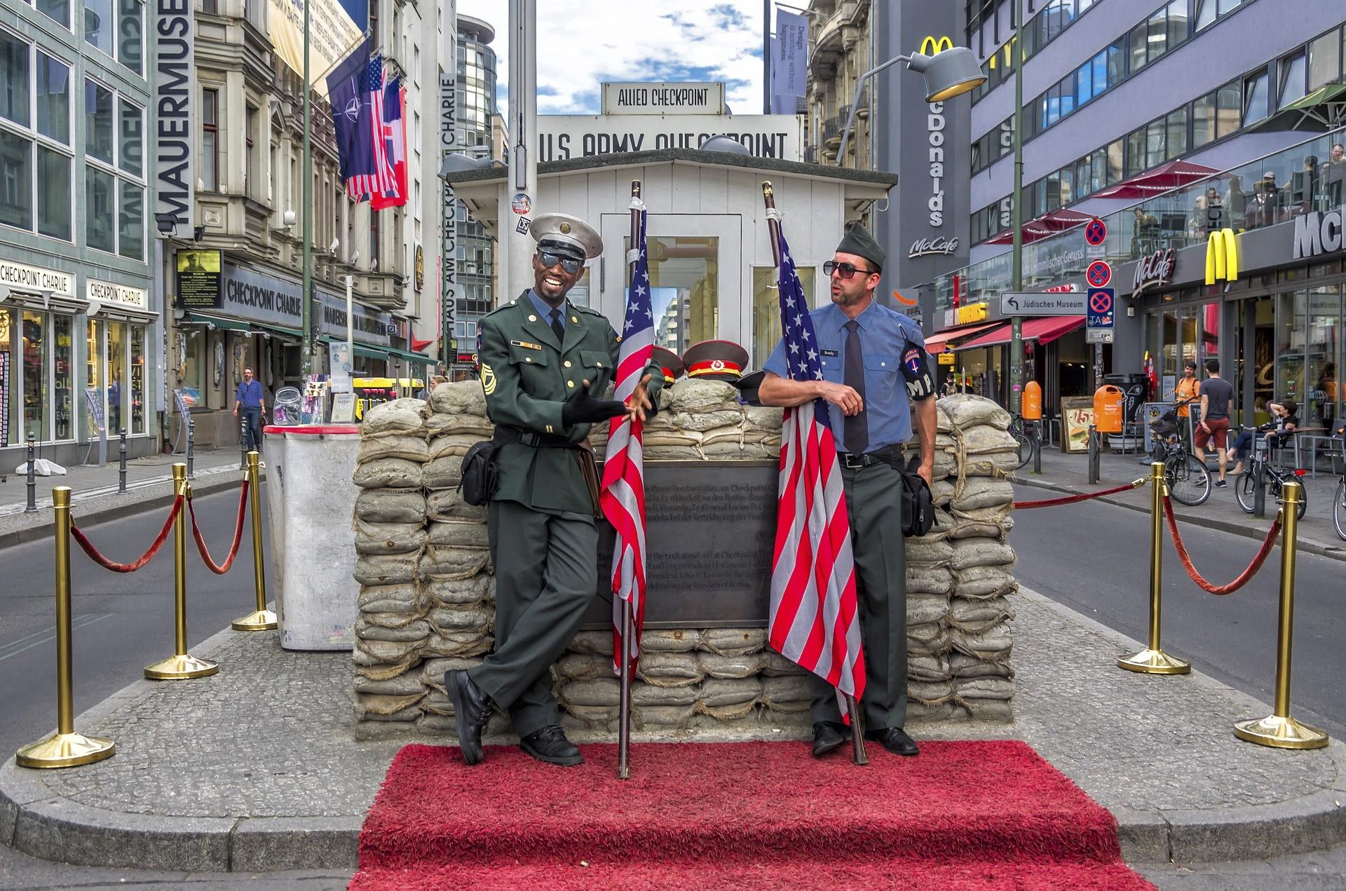 Berlino punti di interesse: Checkpoint Charlie, Berlino - Foto di Piet van de Wiel
