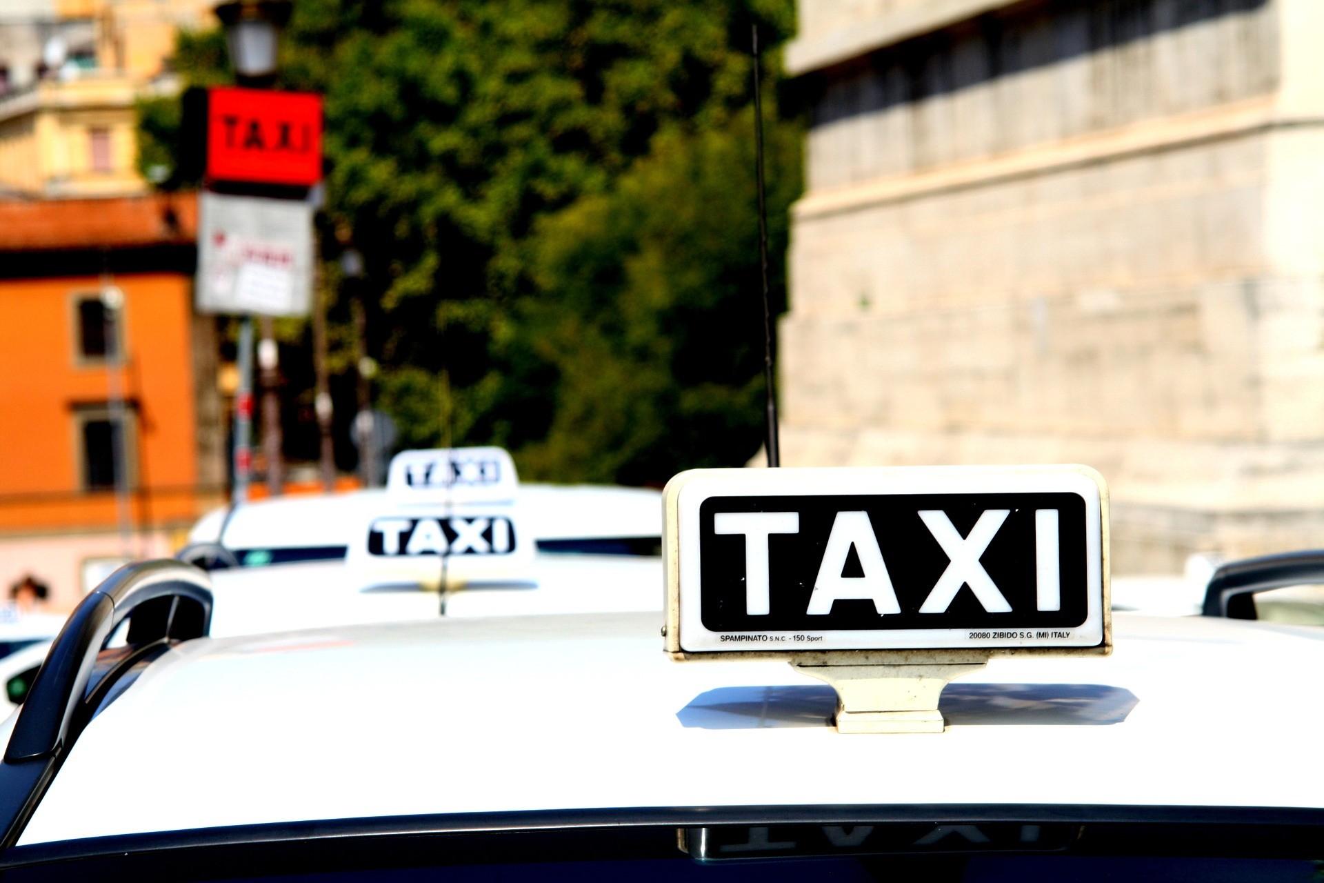 Come muoversi a Roma. taxi -Foto di Johannes Krasser